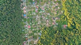 Lucht hoogste mening van de huizen van de woonwijkzomer in bos van hierboven, onroerende goederen platteland en dachadorp in de O Royalty-vrije Stock Foto