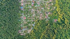 Lucht hoogste mening van de huizen van de woonwijkzomer in bos van hierboven, onroerende goederen platteland en dachadorp in de O Stock Foto's