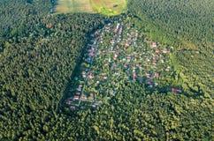 Lucht hoogste mening van de huizen van de woonwijkzomer in bos van hierboven, onroerende goederen platteland en dachadorp in de O Stock Fotografie