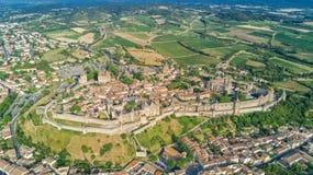 Lucht hoogste mening van de middeleeuws stad van Carcassonne en vestingskasteel van hierboven, Frankrijk royalty-vrije stock fotografie