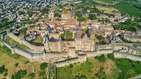 Lucht hoogste mening van de middeleeuws stad van Carcassonne en vestingskasteel van hierboven, Frankrijk stock afbeeldingen