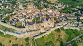 Lucht hoogste mening van de middeleeuws stad van Carcassonne en vestingskasteel van hierboven, Frankrijk stock afbeelding