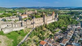 Lucht hoogste mening van de middeleeuws stad van Carcassonne en vestingskasteel van hierboven, Frankrijk stock foto