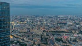 Lucht hoogste mening van de stadsdag van Moskou aan nacht timelapse na zonsondergang Vorm van het observatieplatform van de zaken stock footage