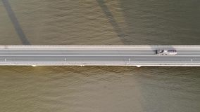 Lucht hoogste mening van een weg bidge over rivier stock videobeelden