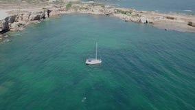 Lucht Hoogste Mening van een zeilboot in blauw water stock videobeelden