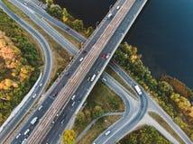 Lucht of hoogste mening van hommel aan wegverbinding, snelweg en brug en autoverkeer in grote stad, stedelijk vervoersconcept stock foto's