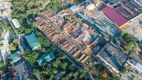 Lucht hoogste mening van industrieterreinstreek van hierboven, fabrieksschoorstenen en pakhuizen, de industriedistrict Stock Fotografie