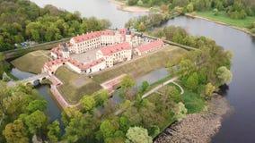 Lucht hoogste mening van Middeleeuws kasteel in Nesvizh Niasvizh oude stad stock footage