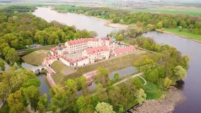 Lucht hoogste mening van Middeleeuws kasteel in Nesvizh Niasvizh oude stad stock video