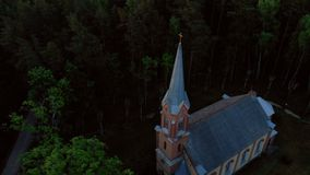 Lucht hoogste mening van mooie kerk in Jurmala tijdens Gouden Uurzonsondergang - Sala Sv Janis ev lutheran stock videobeelden