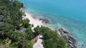 Lucht hoogste mening van overzees kustlijn en eiland met palmen stock afbeelding
