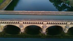 Lucht hoogste mening van rivier, kanaal du Midi en bruggen van hierboven, Beziers-stad in Zuid-Frankrijk stock fotografie