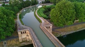 Lucht hoogste mening van rivier, kanaal du Midi en bruggen van hierboven, Beziers-stad in Zuid-Frankrijk Stock Afbeeldingen