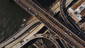Lucht hoogste mening van verkeersweg in New York, Amerika Hommel die over verkeerskruising vliegen op kust van de rivier van het  stock footage