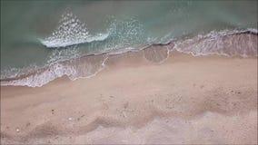 Lucht hoogste mening van vliegende hommel overzeese golven met strand stock videobeelden