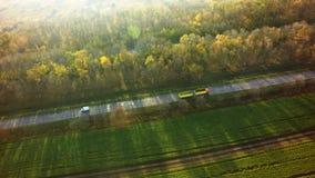 Lucht Hoogste Mening van Witte Vrachtwagen met Ladings Semi Aanhangwagen die zich op Weg in Richting bewegen royalty-vrije stock afbeelding