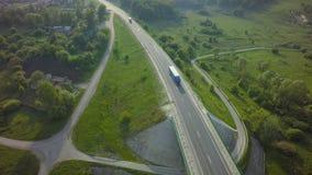 Lucht Hoogste Mening van Witte Vrachtwagen met Ladings Semi Aanhangwagen die zich op Weg in Richting bewegen royalty-vrije stock afbeeldingen