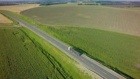 Lucht Hoogste Mening van Witte Vrachtwagen met Ladings Semi Aanhangwagen die zich op Weg in Richting bewegen stock afbeelding