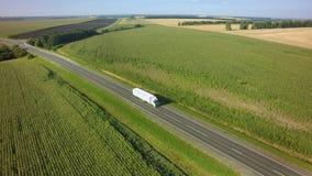 Lucht Hoogste Mening van Witte Vrachtwagen met Ladings Semi Aanhangwagen die zich op Weg in Richting bewegen stock afbeeldingen