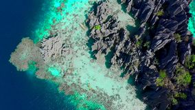 Lucht hoogste menings vliegende verbazende rotsen en tropische koraalriflagune De kajak vaart op het overzees Coron, Busuanga stock video