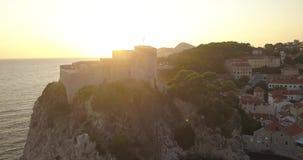 Lucht4k - Kasteel op de kustlijn van Dubrovnik, Kroatië bij Zonsondergang stock video