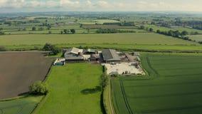 Lucht4k-lengte van een landbouwbedrijf tussen gebieden in North Yorkshire, het UK stock videobeelden
