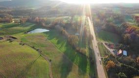 Lucht4k-lengte van weg in Georgia Mountains met zonstralen stock footage