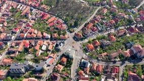 Lucht4k-mening van verkeersrotonde, kruising van zeven straten in oude stad van een hommel stock footage