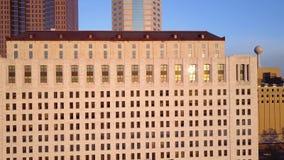 Lucht4k panoramamening van bezige financiële disctrict van moderne stedelijke Columbus Ohio-stad de stad in met wolkenkrabbers stock video