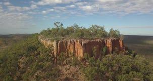 Lucht4k - Vegende pan langs en rond plateau en klippen in het Australische Binnenland stock video