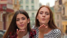 Lucht-kussende langharige tienermeisjes stock video