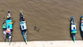 Lucht langzame motie 60fps van links naar rechts over kleine houten vissersboten in landelijk Kambodja stock videobeelden