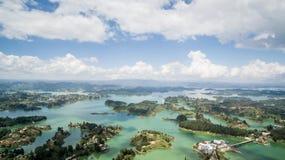Lucht luchthommelmening van reservoir Guatapé in Colombia stock afbeeldingen
