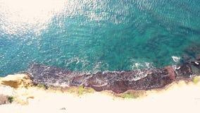 Lucht luchtmening van Middellandse Zee golven die op rotsachtige shorecoast verpletteren stock video