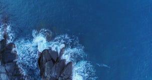 Lucht luchtmening van oceaan Middellandse Zee golven die en op rotsachtig de kust Slecht weer van het kuststrand bereiken verplet stock videobeelden