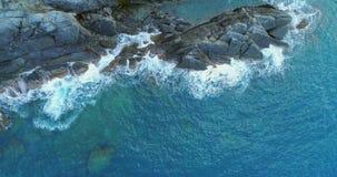 Lucht luchtmening van oceaan Middellandse Zee golven die en op rotsachtig de kust Zonnig weer van het kuststrand bereiken verplet stock video