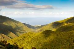 Lucht mening aan de Atlantische Oceaan over bergen Stock Fotografie