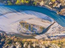 Lucht Mening De bodem van de ondiepe rivier De lenteavond royalty-vrije stock foto's
