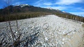 Lucht Mening De gevolgen van de grondverschuiving die neer uit de bergen kwam stock videobeelden