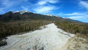 Lucht Mening De gevolgen van de modderstroom die neer uit de bergen kwam stock video