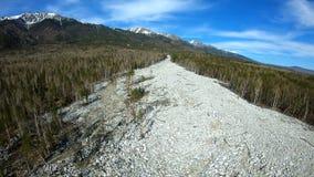 Lucht Mening De gevolgen van mudslide die neer uit de bergen kwam stock videobeelden