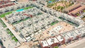 Lucht Mening De grote bouwkraan, sluit omhoog Bouwkraan op een de bouwachtergrond, Spanje stock video