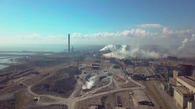 Lucht Mening De industrieinstallatie Rookpijpen stock footage