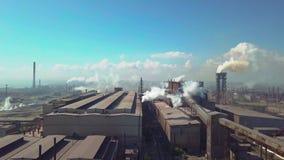 Lucht Mening De industrieinstallatie Rookpijpen stock videobeelden