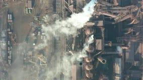 Lucht Mening De metallurgische installatie Installatie voor metaalvervaardiging De mening vanaf de bovenkant van de installatie stock video