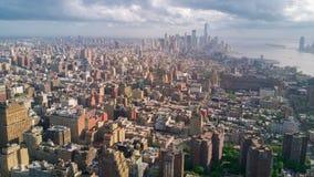 Lucht mening de Stad van van Manhattan, New York Lange Gebouwen Zonnige dag, luchttimelapse dronelapse stock videobeelden