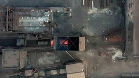 Lucht Mening De uitgifte van hete cokes Metallurgische installatie stock videobeelden