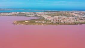 Lucht Mening De zoute vijvers van de zeewaterverdamping met roze kleur stock video