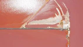 Lucht Mening De zoute vijvers van de zeewaterverdamping met roze kleur stock footage